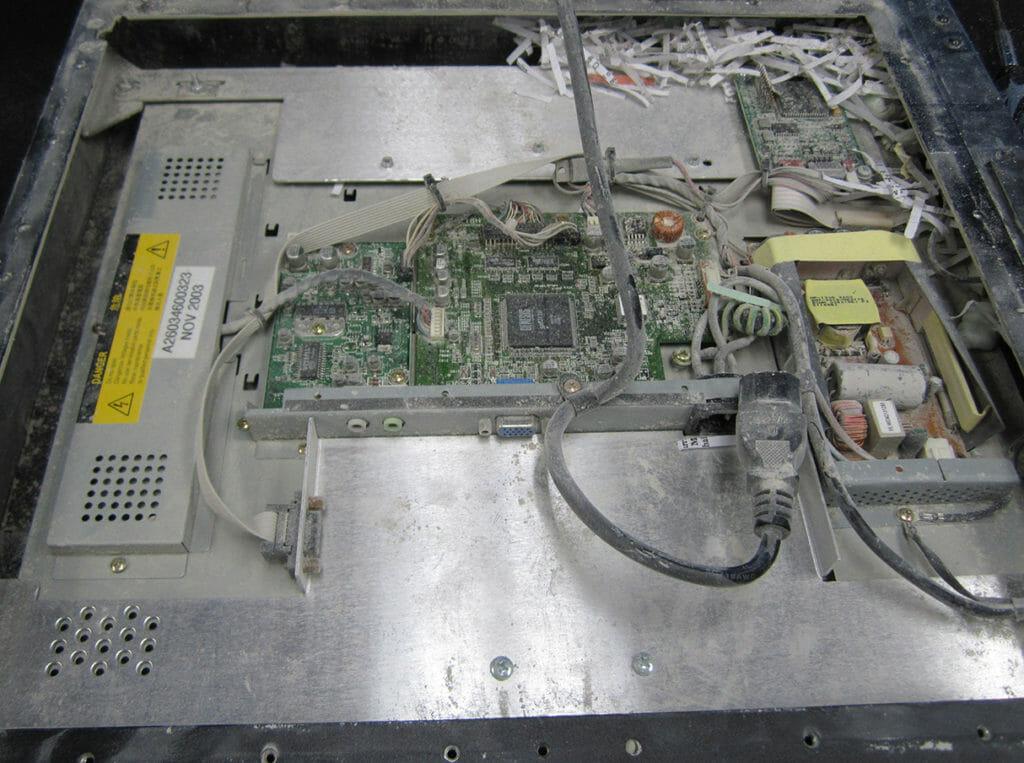 Staubschäden in einem nicht IP66-konformen Industriemonitor