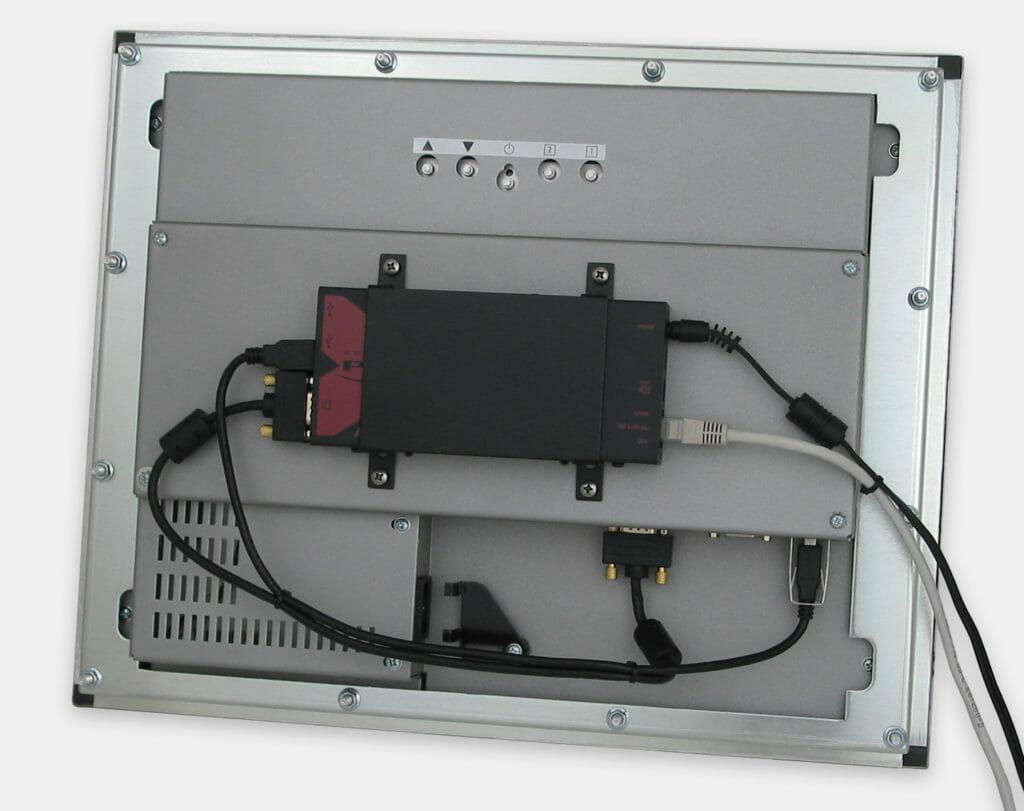 300-m-Industrie-USB-KVM-Extender an der VESA-Halterung auf einem Einbaumonitor